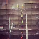 독특한 비계 발판 운반법 VIDEO: Construction workers moving wood planks to the top level
