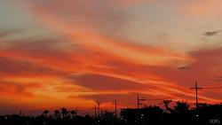 붉은 구름 감싸안은 … 해지는 제주시의 오후