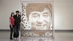 성룡의 60세 생일(환갑)을 축하하기 위해 64,000개의 재활용 대나무 젓가락으로 만든 성룡(잭키챈/Jackie Chan)의 얼굴 초상화 - 중국의 아티스트 Red Hongyi의 설치 예술 작품.