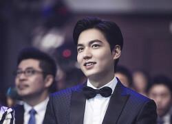 [큰짤] 2016 웨이보 영화의 밤 시상식 (아시아 영화 선봉 인물상 수상) : 이민호