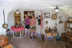 스페인 집시들의 생활상을 볼 수 있는 사크로몬테 동굴박물관(Museo Cuevas del Sacromonte)