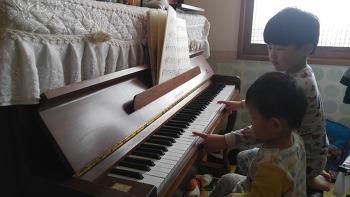 육아일기, 피아노 치는 방법을 동생에게 알려주기