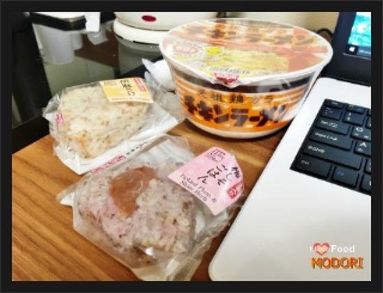 일본 편의점 음식 매실주먹밥 이랑 치킨라면