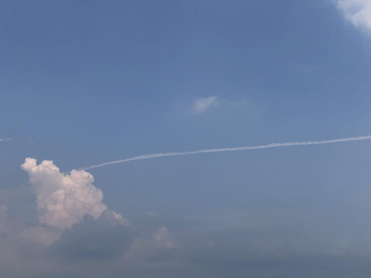 태풍이 지난간 후 뭉게구름에 실 달린듯한 모습