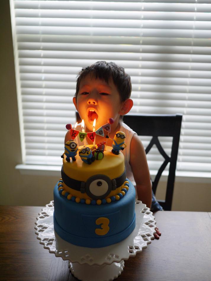 아들 생일을 위해 엄마가 만드는 미니언 케이크
