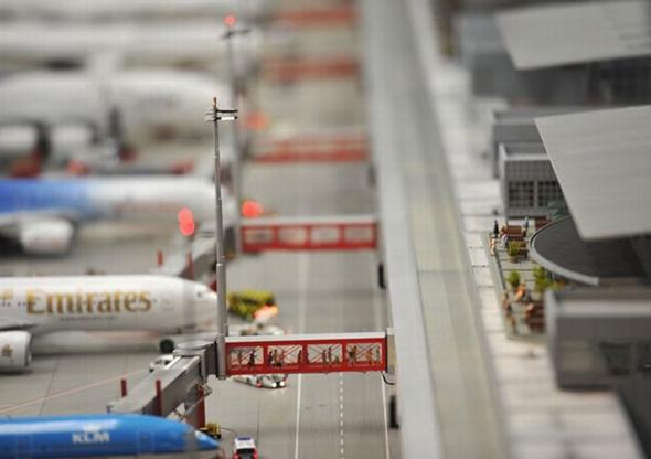주기 항공기들과 탑승교를 이용하는 승객들