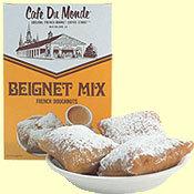 설탕 가루 잔뜩 얹은 네모난 도너츠