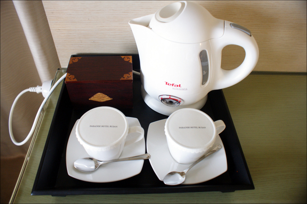 커피잔과 전기포트 사진