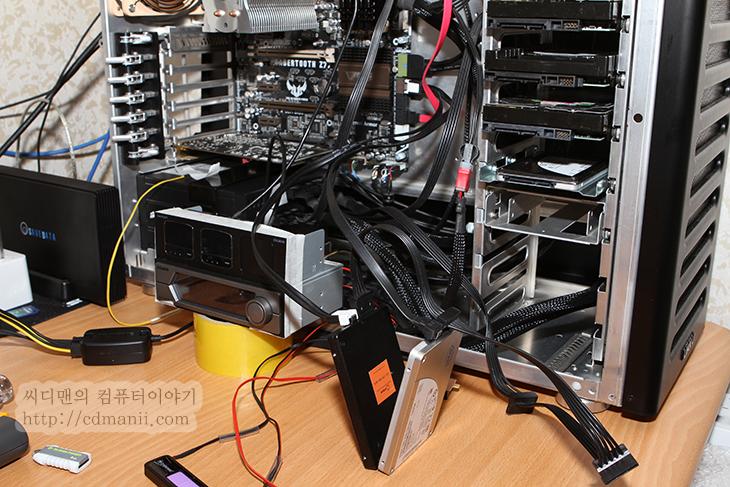 SSD 레이드, SSD 레이드 설정 방법, 설정방법, SSD RAID, SSD RAID 0, 서로다른 SSD 레이드, 서로 다른 SSD 레이드, 레이드, RAID 1, RAID 0+1, IT, 리뷰, 후기, 컴퓨터, 컴퓨텅, 컴퓨터 강좌, 배움,SSD 레이드 설정 방법 SSD RAID 0 서로 다른 SSD 구성  서로 다른 장치로 SSD 레이드 설정을 해보았습니다. 물론 같은 SSD를 쓰는게 가장 좋긴 한데요. RAID 0 으로 구성하면 데이터를 장치의 갯수에 나눠서 저장되기 때문에 속도가 장치의 갯수만큼 빨라집니다. SSD 레이드 후 장치의 갯수를 무한정 늘린다고 해서 무조건 최고의 속도가 나오는것은 아니죠. 최대 대여폭은 한정이 되어있으니 그것만큼의 한계가 있습니다. 보통 SSD를 2개를 연결했을 때 가장 갯수대비 성능이 좋으며 3개는 어느정도 더 좋아지고 4개이상은 큰 차이는 없는것으로 알려져있는데요. 최근에 SSD가 MLC타입의것도 읽기 쓰기 속도가 워낙 빨라진탓도 있습니다.  이런 이유로 최근에 128GB의 저렴해진 SSD를 2개를 구매해서 RAID 0 으로 설정하여 쓰는 분들이 많은데요. 다만 한가지 위험한 점도 있습니다. 각각의 SSD에 데이터가 분리되어 저장되므로 두개의 장치중 하나가 결함이 생기면 데이터를 복구하지 못하게 됩니다. 그래서 고급사용자가 아니라면 꼭 권장하진 않죠. 저장장치에 있어서 데이터 기록은 상당히 중요한 부분이니까요.  하지만 예전보다는 저렴하게 구성이 가능하고 구성시 워낙 성능이 올라가는것은 엄청난 장점이 되는 점 입니다. 그리고 예전과는 다르게 메인보드의 레이드 컨트롤러 능력도 많이 향상이 되어서 별도의 전용 컨트롤러를 사용하지 않더라도 안정적으로 사용이 가능합니다. 그럼 지금 부터 SSD 2개를 가지고 레이드 0 설정을 해보도록 하겠습니다.