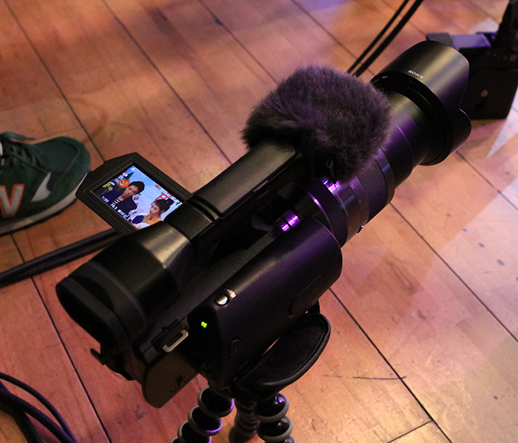 갤럭시S2 HD LTE 런칭, 갤럭시S2 HD 사용기, 갤럭시S2 HD 아이유, 아이유 동영상, 아이유 직캠, HD라디오 시대, 보이는 HD 라디오 시대, 라디오 시대, IT, 리뷰, 사용기, 동영상, 붐, 다이나믹듀오, 다이나믹듀오 직캠, 후기, 갤럭시S2 HD LTE 스펙,갤럭시S2 HD LTE 런칭 기념하는 색다른 이벤트가 있었습니다. 보이는 HD 라디오 시대가 그것인데요. 28일날 4시에 생방송이 있었는데 저는 그 방송을 하는 곳에 가서 직접 구경도 하고 아이유와 붐도 보고 촬영도 할 수 있었습니다. 이번에 주인공인 갤럭시S2 HD LTE는 저도 미디어데이때 참석해서 직접 사진도 찍고 동영상도 찍어서 올렸었는데요. 4.65형 HD 슈퍼 아몰레드가 쓰여서 화면이 넓고 시원하며, 1.5Ghz 듀얼코어가 사용이 되었습니다. LTE 이기 때문에 통신 속도가 당연히 빠르고 화면이 넓기에 동영상을 보는 유저들에게도 괜찮을 것 입니다. 화면이 커져서 그립감이 별로이지 않을까 생각될수도 있지만 직접 만져본 느낌으로는 그립감은 좋았습니다. 이번시간에는 갤럭시S2 HD LTE 런칭 기념하여 아이유와 붐이 사회하는 보이는 HD 라디오시대에를 구경한 스체치를 간단히 해보겠습니다. 근데 아무래도 아이유 사진이 많네요. 이해해주세요.