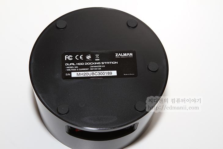 도킹스테이션 추천, HDD 도킹스테이션 추천, ZALMAN ZM-MH200 U3, 하드디스크, HDD, 하드독, 잘만, ZALMAN, 제품, 리뷰, 후기, 사진, 추천, JBOD, RAID0, RAID1, DUAL, 3.5인치, 2.5인치, 드라이브, 성능, 3TB, 고용량, IT,ZALMAN ZM-MH200 U3를 듀얼 HDD 도킹스테이션 추천 제품으로 소개해 봅니다. 하드디스크를 외장하드 케이스에 넣어서 사용하는 경우가 일반적이지만 분리된 하드디스크가 많을 경우 쉽게 탈부착이 가능한 도킹스테이션도 자주 사용하는데요. ZALMAN ZM-MH200 U3는 제가 정말 여러가지를 테스트해보고 추천 할만하여 후기를 적어봅니다.  처음에 도킹스테이션 ZALMAN ZM-MH200 U3를 사용할 때 문제가 있었습니다. 부하를 좀 걸어보니 하루를 못버티고 뻗어버리더군요. 하드디스크 신호도 잃어버리고 이 문제로 처음에 실망을 했었는데 이건 펌웨어 업데이트로 해결이 가능하더군요. 만약 사용도중에 하드디스크를 인식하지 못하거나 재대로 켜지지 않는 경우라면 꼭 펌웨어 업데이트를 하시기 바랍니다. 이부분은 아래에 설명을 드리죠.  ZALMAN ZM-MH200 U3의 장점은 일반적인 도킹 스테이션은 하드디스크를 1개만 장착이 가능하지만 이제품은 2개를 장착이 가능하다는 점 입니다. 3.5인치 2.5인치 타입 SATA 타입의 하드디스크 SSD 등 모두 장착이 가능 합니다. 지금 나와있는 고용량의 하드디스크도 모두 인식 합니다. 그런데 이것만으로 장점을 논하기 힘들겠죠? 하드디스크 2개를 장착하여 각각 다른드라이브로 인식하여 사용할 수 있으며, JBOD 모드로 2개의 하드디스크를 묶어서 사용도 가능합니다. 잘 사용되진 않을듯하긴 하지만 RAID0 모드로 성능을 올릴 수 도 있으며, RAID 1 모드를 통해서 자체백업이 되도록도 가능 합니다. 그리고 가장 좋았던 점은 절전이 된다는 점 입니다. 컴퓨터를 끄면 ZALMAN ZM-MH200 U3에 장착된 하드디스크도 모두 파킹이 됩니다. 켜면 물론 다시 켜지겠죠. 도킹스테이션 사용시 다른 제품 경우 전원을 켜고 끄는것도 일인데요. 그러지 않아도 된다는 것이죠.  하드디스크가 많은 분들과 또는 벤치마킹을 위해서 하드디스크를 자주 분리했다가 장착해야하는 분들 또는 그전에 버리기에는 아까운 하드디스크 2개를 서로 묶어서 용량을 늘려서 쓰기를 원하는 분들에게는 딱 좋은 제품입니다. 제가 지금 실제로 250GB + 160GB 두개를 묶어서 400GB 정도로 사용중입니다. 단독으로 사용하려면 용량이 작아서 애매했지만 묶으니 용량도 커지고 쓸만해지네요.