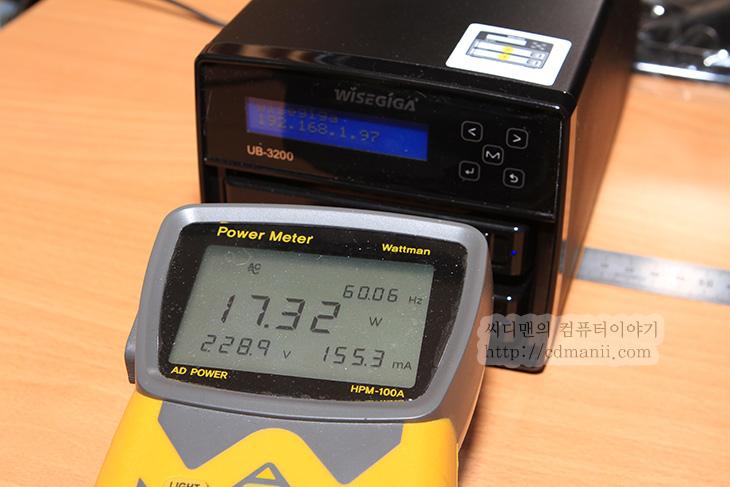 와이즈기가 UB-3200, 와이즈기가, Wisegiga, 벤치마크, 성능, 테스트, 소음, 전력소모량, IT, 하드디스크, WD RED, NAS, NAS 전용, UB-3200, RAID 0 성능, RAID 1 성능,와이즈기가 UB-3200 벤치마크를 통해서 성능 소음 전력 소모량 테스트를 해보려고 합니다. 기존에 사용해 봤었던 Wisegiga 이전세대 제품보다는 확실히 성능과 소음부분에서 더 좋아진것은 사실 입니다. 와이즈기가 UB-3200 벤치마크에서는 실제 전송속도 테스트 및 소음 테스트 전력소모량 테스트등을 해볼것입니다. 실제로 여러사용자가 동시에 붙어서 사용할 때 안정성 효용성은 어떤지도 알아보려고 합니다. 실제로 이 테스트를 위해서 와이즈기가 UB-3200을 계속 켜놓았습니다. 잠깐 켜놓은것으로는 확인이 힘든점도 있었기 때문이죠.  이 제품의 경우에는 이전 제품에 비해서 하드웨어적으로 편리함을 더했고 소프트웨어적으로도 신경을 많이 썼습니다. UB-3200은 거의 완성품같은 느낌이 드네요. 이번 테스트에서는 NAS 용 하드디스크 WD RED 1TB를 2개를 장착하고 RAID0 RAID1 에서 각각 성능테스트를 하고 평가를 해봅니다. 물론 실제 사용시에 데이터가 중요하기에 RAID 1로 쓰는일이 더 많을거라는 생각은 드는데요. 이런 상태에서도 전송속도는 생각보다 괜찮은 편이었습니다. 더욱이 동시에 복사 및 읽기 테스트를 해도 복사하다가 신호를 잃거나 문제를 잃으키는점도 발견하지 못했습니다.  팬 소음에서도 이전 제품에 비해서는 확실히 조용해졌습니다. 이전제품의 경우에는 팬 소음이 너무 커서 일부 유저는 팬을 개조해서 사용하는 분도 있었지만, 이제는 그정도 소음은 아니므로 써도 될듯하네요. 물론 조금 과하게 돌아가는 느낌은 있어서 뒤에 팬 조절 노브등이 있어서 조절이 가능하면 좋겠다는 생각은 들긴 합니다. 그리고 전면에 LED창도 아이피를 나타내주어서 이전에는 아이피를 거꾸로 알아내야했지만 이제는 그럴필요가 없어진점도 사소하지만 크게 변화된 점입니다.  그럼 실제로 테스트를 좀 해 보죠.