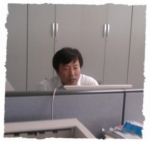 사진 : 사무실에서 열심히 컴퓨터를 사용중인 전용걸