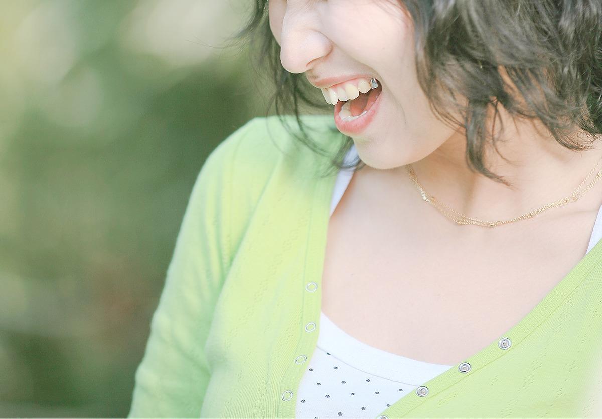 20대 여성이 환하게 웃고있는모습 - 얼굴에는 주름이, 입가에서는 발치되어 금색으로 수정된 치아가 나타난 사진이다. 정말 아름다운 모습이다