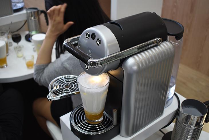 네스프레소 기업용 커피머신, 네스프레소 타워 솔루션, 자동판매,커피머신,커피,IT,IT 제품리뷰,석유와 함께 전세계에서 가장 많은 유통량을 보이는게 커피라고 합니다. 네스프레소 기업용 커피머신을 킨텍스에서 살펴봤는데요. 네스프레소 타워 솔루션 자동판매 제품들을 살펴보고 직접 커피도 먹어봤습니다. 네스프레소 기업용 커피머신은 여러곳에 이용이 될 수 있는데요. 커피매장을 운영하는 분들도 사용이 가능하고 기업이나 호텔처럼 사람이 많이 사용하는 장소에서도 놓여서 사용이 될 수 있습니다.
