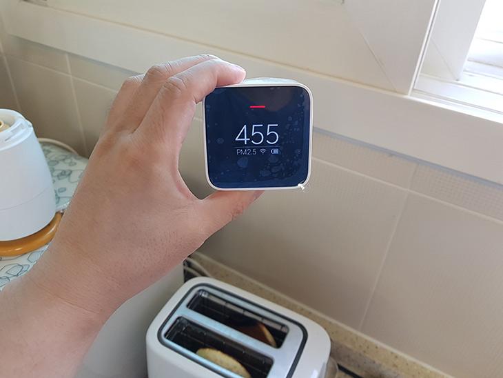샤오미 PM2.5, 미세먼지 측정기, 사용기, 측정 정밀도,IT,IT 제품리뷰,한동안 공기가 맑다가 또 공기가 나빠지는군요. 이럴때 관심 받는 제품 입니다. 샤오미 PM2.5 미세먼지 측정기 사용기를 올려봅니다. 측정 정밀도는 어느정도 되는지도 간단히 테스트를 해 봤습니다. 실제로 써보니 나쁘진 않네요. 샤오미 PM2.5 미세먼지 측정기는 PM2.5를 측정하는것에 맞춰져 있습니다. 그런 이유로 수치가 나타나는것도 하나 입니다. 물론 이런 간이 측정기는 정확하지 않다고 국가에서는 말하지만 제생각은 좀 다릅니다.