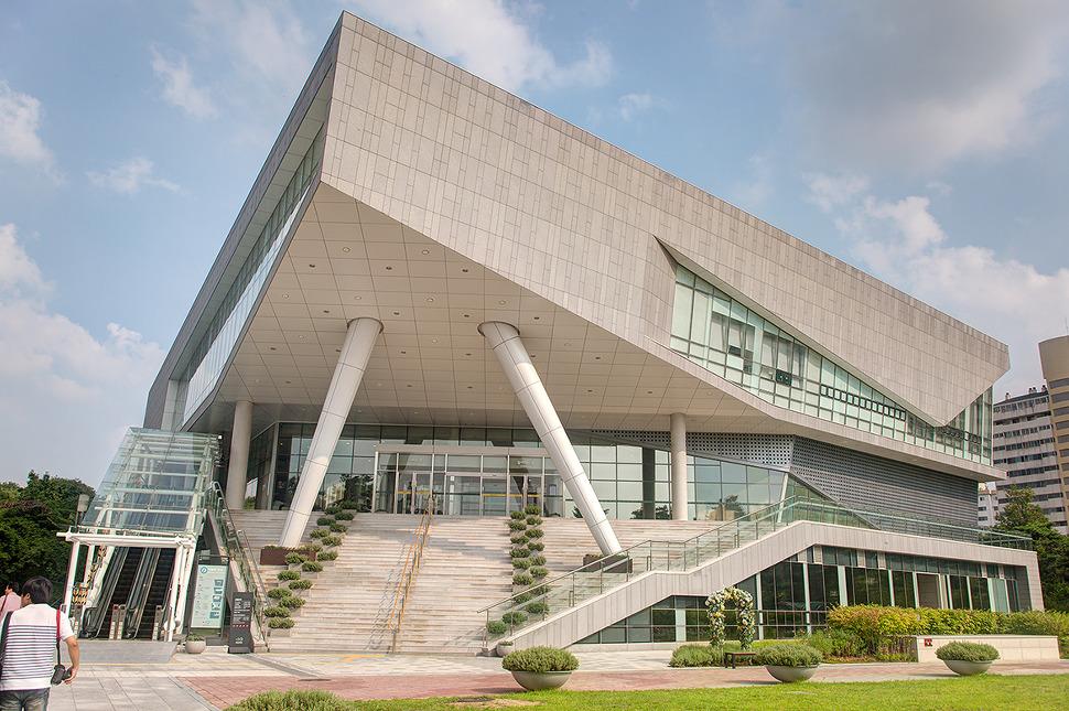 독특한 모양의 한글박물관 건물사진