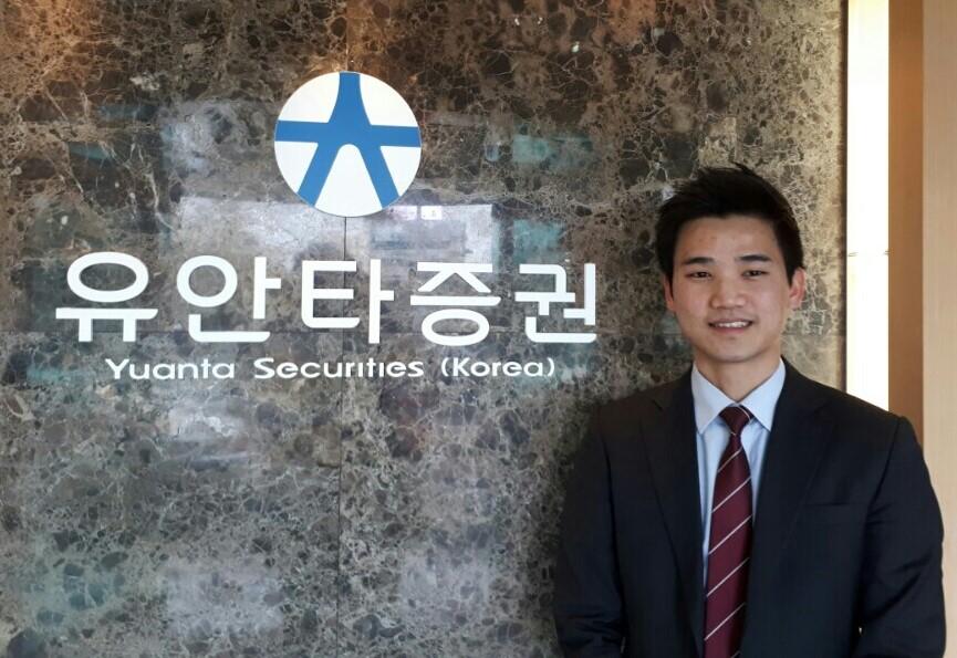 김진성씨가 회사 로비에서 포즈를 취하고 있다.