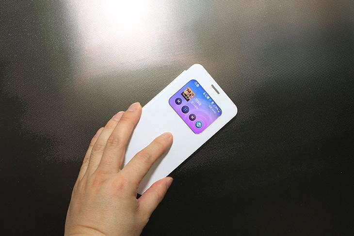 베가 시크릿 업 진동스피커, 베가 시크릿 업, 시크릿업, 진동스피커, IT, 스피커, 베가 시크릿 업 진동스피커 활용을 해보면 소리가 이렇게 좋게 들릴 수 도 있구나 하고 느끼게 됩니다. 스마트폰에는 기본적으로 작은 스피커가 붙어있습니다. 예전에 피처폰에서야 통화만 잘되고 벨소리만 잘 들리면 되었지만 이제는 아니죠. 소리가 잘 들리는것은 물론 사운드도 좋아야 합니다. 베가 시크릿 업 진동스피커는 케이스 자체에 진동을 일으키는 스피커를 장착해서 스마트폰에서 부족한 저음을 더해주고 좀 더 웅장하고 큰 사운드를 즐길 수 있게 해줍니다. 예전에 제가 블로그에서 붙이는 형태의 진동스피커도 소개해드린적이 있는데요. 따로 스피커를 들고다녀야해서 조금은 휴대성에서 떨어질 수 도 있습니다. 그런데 베가 시크릿 업 진동스피커는 케이스 후면에 붙어있는 형태이브로 따로 휴대할 필요가 없습니다. 그 자체만으로 사운드를 즐길 수 있죠. 직접 실험을 해보니 꼭 무슨 박스에 올려놓을 필요는 없었습니다. 스마트폰에 자체적으로도 스피커가 있고 추가로 진동스피커도 있는 형태이므로 꼭 울림판 위에 올릴 필요는 없더군요. 다만 텅 비어있는 물체 위에 올리거나 조금 울릴만한 물건 위에 올려놓으면 좀 더 사운드가 좋았습니다.