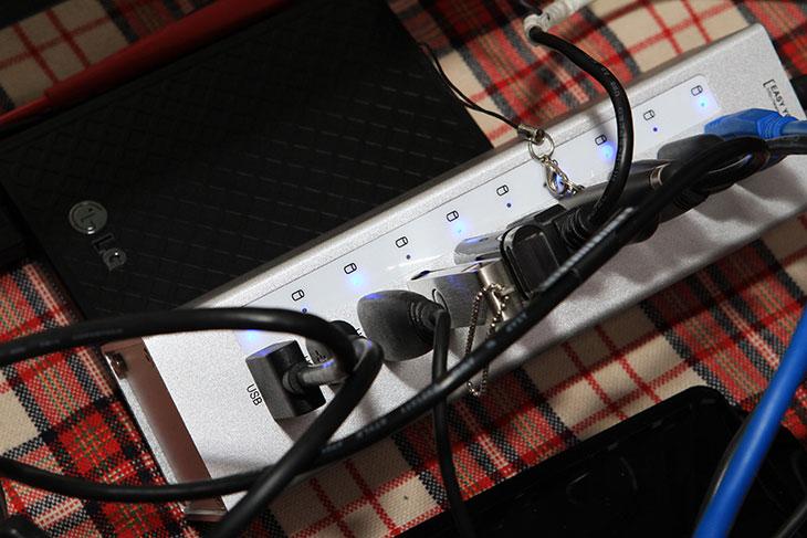 USB 허브 추천, USB 3.0 유전원 ,10포트 허브,오리코 A3H10 후기,A3H10,오리코,제품 리뷰,IT제품리뷰,IT,후기,사용기,7포트,8포트,4포트 USB 허브,USB 허브 추천으로 제품 하나를 소개하죠. USB 3.0 유전원 10포트 오리코 A3H10 후기를 올려봅니다. 제가 왠만하면 정말 좋다는 표현은 잘 안쓰지만 오리코 A3H10는 소개하고 싶을만큼 매력적인 제품 입니다. 최근에 USB 전원을 쓰는 스마트기기가 많아지면서 USB 허브 추천을 해달라는 이야기를 많이 듣는데요. 제가 이미 사용하던 제품은 USB 2.0의 7포트 유전원 제품이었습니다. 7포트면 충분할것으로 생각했지만, 그것도 실제로 써보면 모자라더군요.     오리코 A3H10는 USB 허브 추천 제품으로 써본 사람들 사이에는 꽤 많이 알려진 그런 제품 입니다. 가격이 약간 고가에 형성되어있긴 하지만 한번 구매하면 오래사용하는 제품인 이유로 사용자들이 처음에 구매할때 꽤 신중하죠. 오리코 A3H10는 외형이 알루미늄으로 되어있습니다. 4개의 면이 이음새가 없이 모두 통짜로 만들어진 형태로 되어있고 알루미늄은 깔끔한 블랙 또는 은색색상으로 되어있어 기존에 어떤 책상과 컴퓨터에도 잘 어울립니다.     저 역시도 처음에는 이 알루미늄 디자인에 반했는데요. 지금은 오리코에서도 신형 M3H73P 제품이 나왔습니다. 기존의 직각형의 모양에서 곡선의 맥의 느낌을 살린 그런 디자인의 제품인데요. 근데 저는 구형인 사각형의 제품도 맘에 들더군요. 성능은 둘다 동일합니다. 다만 신형의 경우 최근 태블릿이나 대용량 배터리가 들어간 스마트폰처럼 많은 전력을 사용하는 스마트폰 충전을 위한 별도의 포트를 제공하는 제품들이 신형의 제품들에 추가되었습니다. 물론 지금 소개하는 이 제품도 스마트폰 고속 충전이 가능 합니다. 케이블이 충전 전용이기만 하면 되니까요. 아래에서는 실제로 10포트 허브에 여러개의 외장하드 및 장치를 연결해서 안정성을 알아보고 이 제품이 왜 좋은지 알아보도록 하겠습니다.