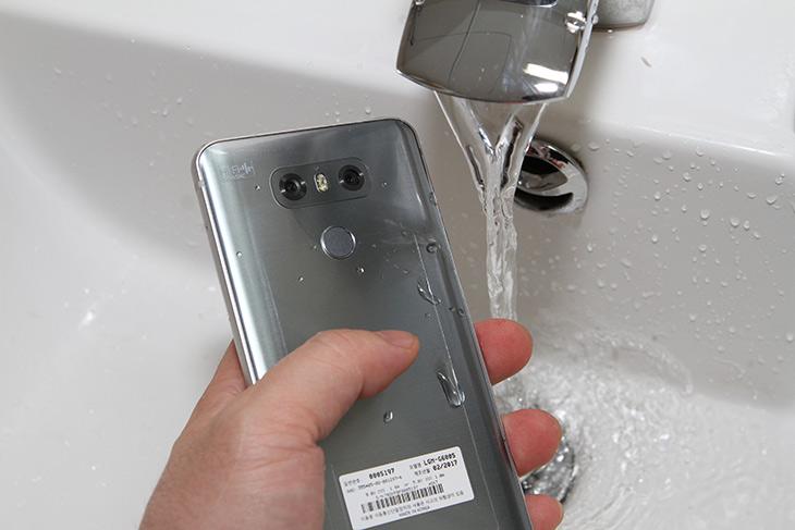 LG G6 ,주요 특징, TVCF로 ,알아보자, 18:9 ,세로, 영화제, 소식,IT,IT 제품리뷰,주요 특징들을 영상을 통해서 쉽게 알아보려고 합니다. 물론 이미 아시는 분도 많겠지만. LG G6 주요 특징 TVCF로 알아보고 18:9 세로 영화제 소식도 알려드릴께요. 이 제품은 18:9 비율의 풀비전을 선사 합니다. 터치형태의 버튼에서 가장 큰 사이즈의 화면을 제공 합니다. LG G6 주요 특징 아래에 소개하는 것 외에도 이 제품은 와이드 화각 카메라를 이용하여 VR 사진도 찍을 수 있다는 장점이 있습니다.
