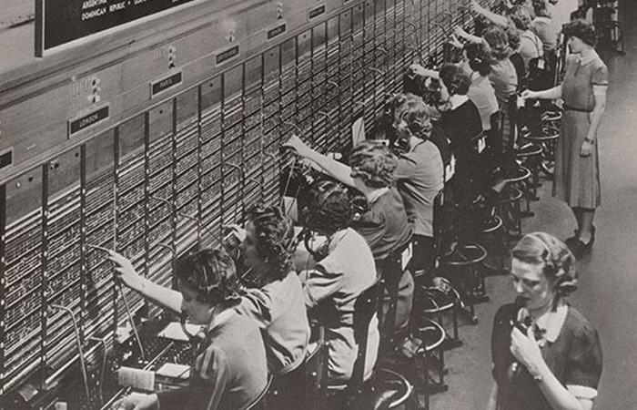 사진: 초기의 전화는 전화국의 교환원들이 수동으로 연결을 해주는 수동식교환기를 사용하였다. 그러던 중 장의사 스트라우저가 자동교환식을 발명 하며 일명 스트로우져식이 도입되었다. [다이얼 전화기의 발명스토리]