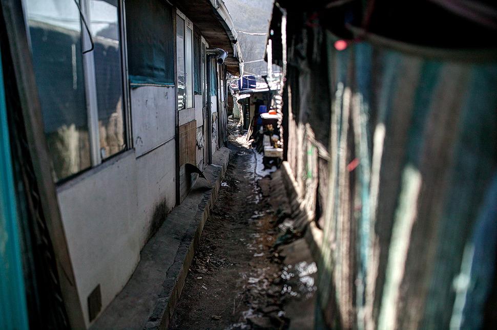 강남구 개포동에 위치한 구룡마을은 서울에 마지막 남은 판자촌일지도 모른다. 허름한 판자와 슬레이트 지붕에는 고드름이 열려 다닥다닥 붙어있는 집들이 더 추워보이게 느껴졌다.