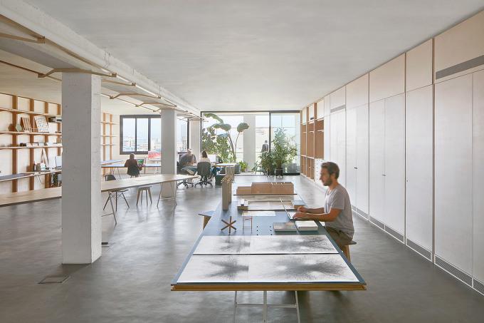 *창고를 개조한 코워킹 오피스 Barcelona warehouse transformed into flexible co-working space for architects and designers