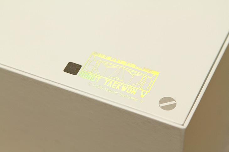 루나S ,태권V, 한정판 ,디자인 ,구성품, 살펴보기,IT,IT 제품리뷰,예전에 정말 재미있게 봤던 것 인데요. 로봇 태권V를 여기서 보네요. 루나S 태권V 한정판 디자인 구성품 살펴보기를 해볼텐데요. 디지털 복원된 영화도 안에 들어있네요. 스마트폰 후면 디자인도 좀 특별합니다. 벨소리조차도 특별했는데요. 물론 특별한 피규어도 들어있습니다. 루나S 태권V 한정판 그럼 하나씩 열어보고 뭐가 들어있나 뭐가 다른가 살펴보죠.