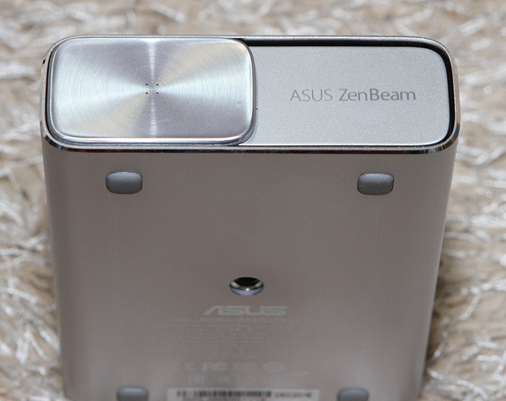ASUS, ZenBeam E1, 에이수스, 빔프로젝터, 사용기,IT,IT 제품리뷰,휴대가 편리한 빔프로젝터는 점점 많이 쓰이는데요. 야외에서 쓰기 좋기 때문이죠. ASUS ZenBeam E1 에이수스 빔프로젝터 사용을 해 봤는데요. 이 제품은 HDMI/MHL 연결을 기본으로 구성하는 제품 입니다. ASUS ZenBeam E1은 에이수스 빔프로젝터 답게 디자인이 상당히 깔끔하고 멋스럽게 나왔습니다. 물론 그런 이유로 디자인상도 받은 제품 인데요. 근데 아쉬운 점도 물론 있긴 했습니다. 무선으로의 연결이 안되는 점이 있었는데요. 하지만 HDMI/MHL 연결이 가능하고 무선어댑터 등을 연결해서 확장은 가능해서 다양하게 활용이 가능 합니다.
