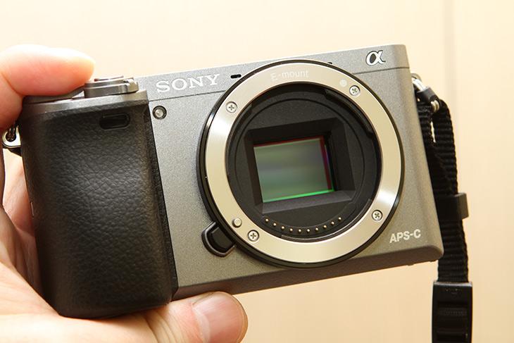 미러리스 A6000 ,그레이컬러, APS-C ,2430만, 화소,IT,IT 제품리뷰,요즘에는 작은 카메라가 인기가 많습니다. 실제로 큰 카메라 들고다닌 사람 별로 없죠. 미러리스 A6000 그레이컬러 APS-C 타입 2430만 화소 휴대용으로 편리한 카메라를 소개 합니다. 렌즈가 교체가 가능한 카메라로 작고 휴대가 편리하면서도 화질도 좋은 카메라 입니다. 미러리스 A6000 그레이컬러에는 APS-C 타입의 센서가 들어가 있습니다. 1:1 풀프레임 센서보다는 사이즈가 작지만 2430만 화소나 되기 때문에 화소가 높은 것을 이용하여 좀 더 쉽게 고화질의 사진을 쉽게 얻을 수 있습니다.