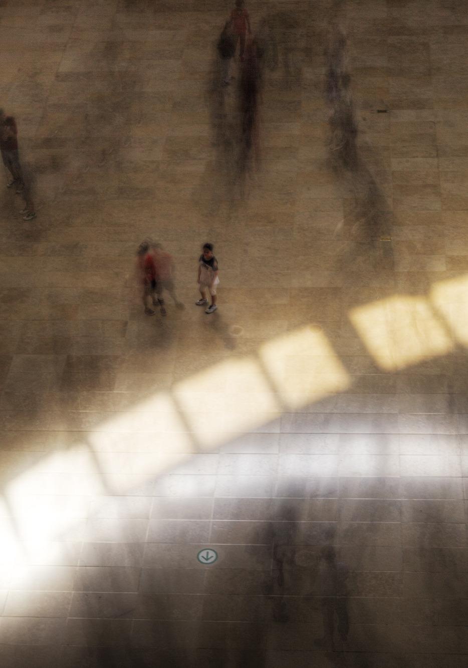 휴일 오후도 바삐오가는 사람들을 담은 장노출 사진.
