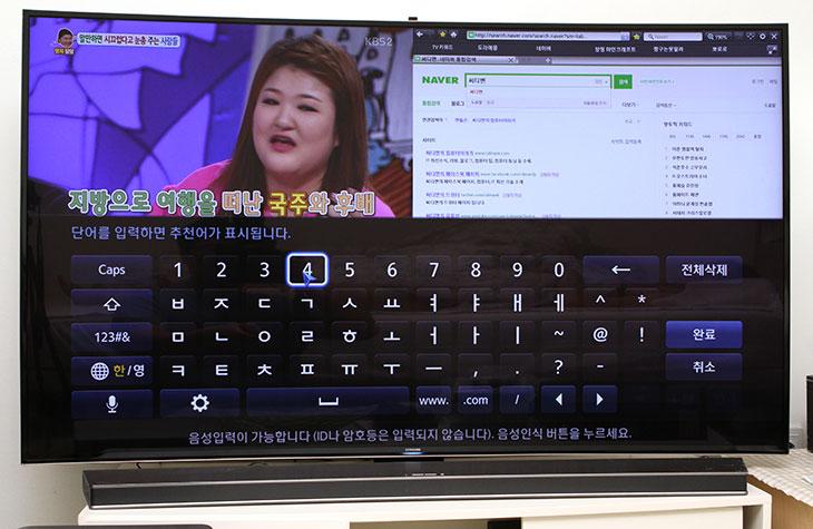 삼성 커브드 사운드바 ,HW-H7501 ,후기, 삼성, UHDTV ,UN65HU9000F,IT,삼성,사운드바, IT,리뷰,후기,사용기,삼성 커브드 사운드바 HW-H7501 후기를 삼성 UHDTV UN65HU9000F와 함께 올려봅니다. 커브드 UHDTV에 커브드 사운드바인데요. 휘어있는 디스플레이의 장점이라면 근접한 거리에서 시청 시 집중도를 좀 더 높여주는것에 있습니다. TV와 스피커 둘다 삼성 커브드 사운드바 HW-H7501 후기를 통해서 알볼 것인데요. 예전에 제가 커브드 UHDTV는 소개한적이 있습니다. 65형의 커브드 UHD TV 인데요. 받침대의 모양도 휘어있는 디스플레이에 맞춰서 약간 휘어진 모양으로 되어있는데 삼성 커브드 사운드바 HW-H7501는 그 위에 딱 올려지는 형태로 되어있습니다. 즉 사운드바도 받침대 모양에 맞춰서 휘어져 있습니다.  휘어 있는 스피커라고 해서 특별히 더 장점이 있진 않겠으나, 하지만, 디자인 적인 면에서 장점이 있었습니다. 휘어져있는 받침대 위에 올라가니 얼핏보면 그냥 받침대 같아보입니다. 그래서 일체화된 디자인을 경험할 수 있습니다. 커브드 사운드바 HW-H7501에는 8.1 채널의 스피커가 들어가있으며 최대 320W의 출력이 가능 합니다. 휘어있는 디자인 덕분에 좀 더 입체감이 살아난 공간 서라운드 사운드 경험을 할 수 있습니다. 특징으로는 중저음대의 사운드를 강화하고 정확도를 개선해서 소리의 왜곡을 최소화 했습니다. 사운드바의 특징으로는 TV와 직접 무선으로 연결하도록 한 기능을 제공 합니다. 그런 이유로 전원만 연결하는 것 외에는 별다른 선을 연결하지 않더라도 TV와 연결해서 사운드를 즐길 수 있습니다.