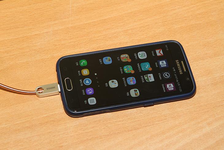 듀얼케이블 ,아이폰 ,안드로이드용 ,겸용 ,리움, FitU ,케이블,IT,IT 제품리뷰,아이디어 특허 제품 인데요. 두가지 서로 다른 디바이스를 충전 합니다. 듀얼케이블 아이폰 안드로이드용 겸용 리움 FitU 케이블을 소개 합니다. 디자인도 이쁘고 특이한데 기능도 2가지를 수행할 수 있는 제품 소개 합니다. 듀얼 충전은 사실 신기한건 아닌데요. 듀얼케이블 아이폰 안드로이드용 겸용 리움 FitU 케이블은 하나의 단자로 모든것을 할 수 있습니다.