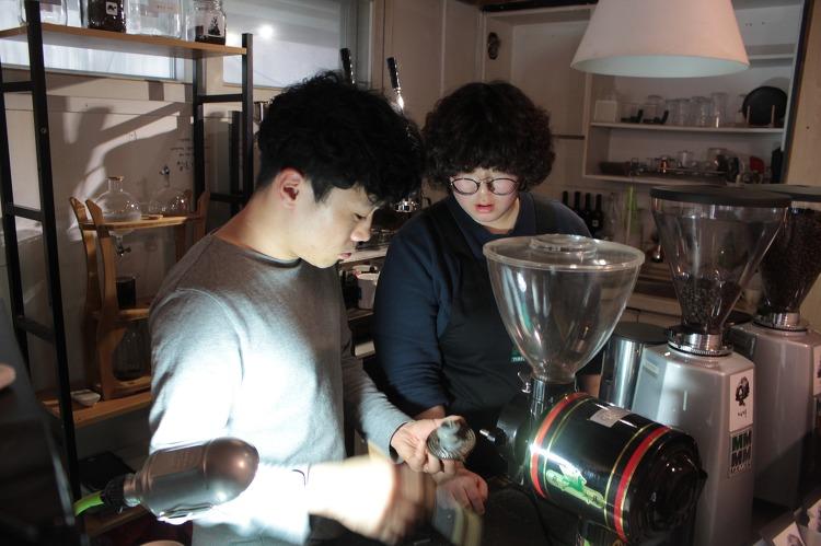터틀스 커피의 정희수 대표와 후원홍보부 최은옥씨가 커피를 만들고 있다.