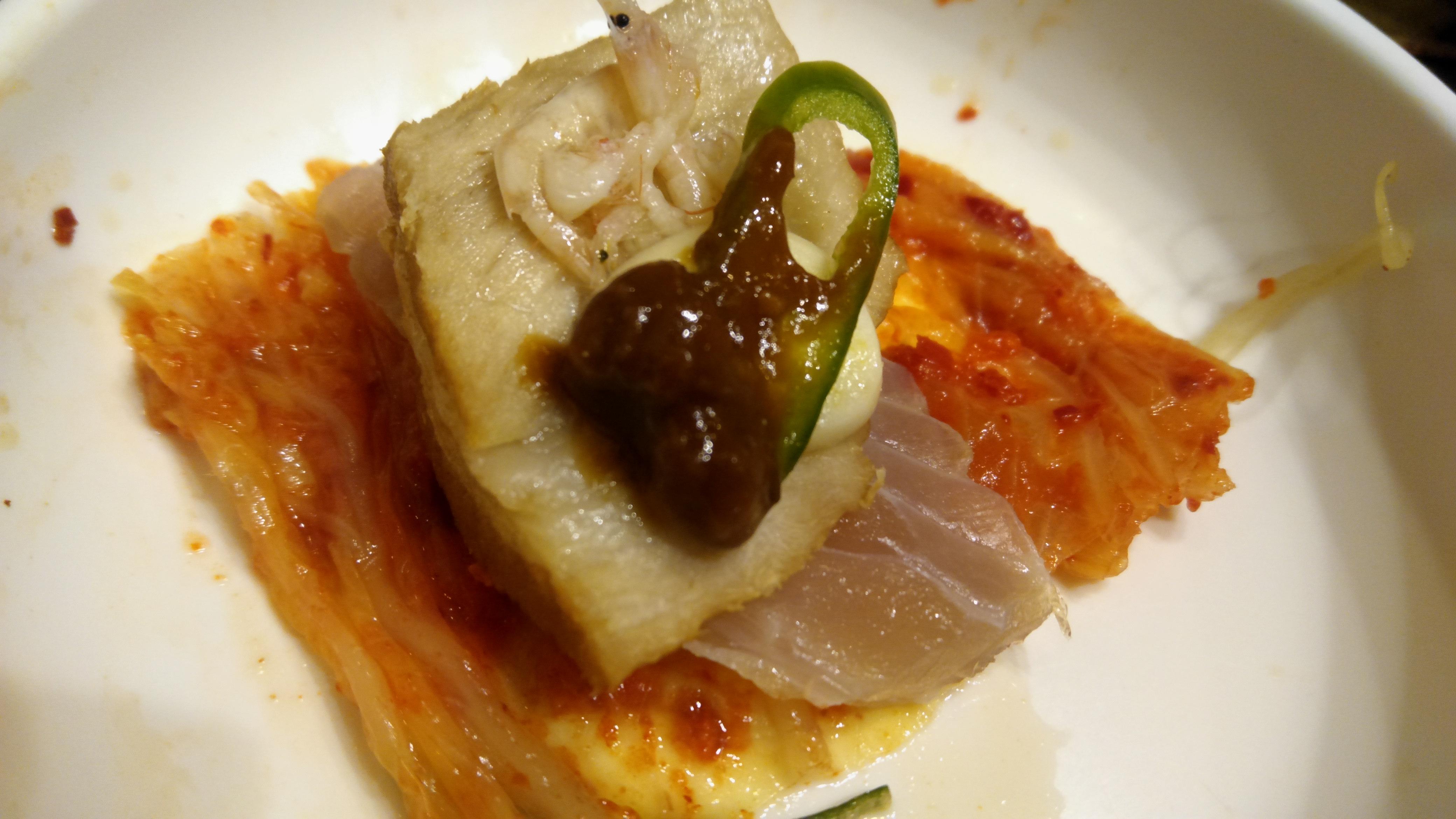 김치 홍어 고기 새우젓 마늘 고추를 쌈싸서