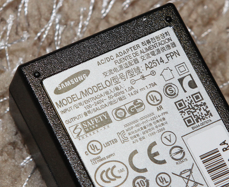 삼성 모니터 S27E390H ,삼성 모니터 S27E390H  후기,삼성 모니터 S27E390H 사용기,사용기,제품,IT 제품리뷰,IT,삼성 싱크마스터,삼성 모니터,S27E390H,S27E390H 후기,삼성 모니터 S27E390H 후기를 올려봅니다. 사용기를 적으려고 여러가지로 활용을 해 봤는데요. SAMSUNG 모니터 중에서 PLS 패널을 사용한 것을 사용했을 때 과거에는 조금 너무 짙은 색상을 보여주기도 해서 저는 조금 실망한적이 있었습니다. 그런데 삼성 모니터 S27E390H 후기를 적으면서 확실히 느꼈던것은 사람 얼굴색 표현 부분이 그전보다 훨씬 좋아졌다는 느낌을 받았습니다. 이건 내장그래픽카드와 별도로 장착한 Zotac Nvidia GTX960을 사용했을 때 둘다 동일하게 느껴졌던 부분입니다. 삼성 모니터 S27E390H 후기에서는 그부분에 대해서도 자세히 알아볼것 입니다. 그리고 사진으로 설명이 부족한 부분은 영상으로 설명을 드리려고 합니다. 이 모니터는 저반사패널이 사용이 되었습니다. 자신의 얼굴이 반사되는 타입의 모니터를 사용할 때 불편한점은 게임할때나 작업할 때 뭔가 어른거려서 불편합니다. 이 모니터는 그런 타입이 아니므로 작업용으로 사용하거나 TV용도로 또는 게임용도로 사용하기에도 문제가 없습니다. 딱 아쉬운 점이라면 높낮이를 조절하지 못하는 부분과 VESA 마운트홀이 없는 부분이 좀 아쉽네요.