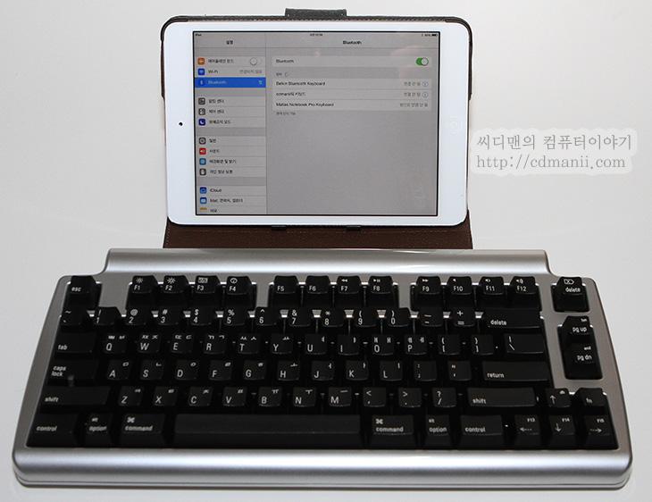 Matias Laptop Pro 사용기, Matias Laptop Pro, Laptop Pro, 마티아스 랩탑 프로, 사용기, 후기, 리뷰, IT, 키보드, 블루투스 키보드, 블루투스, Bluetooth, 기계식 키보드 사용기, 맥 블루투스 기계식 키보드 후기, 맥용 블루투스 키보드, 고속타이핑, Matias Laptop Pro 사용을 해봤는데요. 맥 블루투스 기계식 키보드 후기를 보고 상당히 관심이 많이 갔던 제품이었습니다. 평가로는 타이핑 느낌도 괜찮은편이고 상당히 조용했습니다. 무선이므로 충전은 필요하긴 하지만 Matias Laptop Pro 사용시 USB 케이블을 연결해놓은 상태에서도 타이핑이 가능했습니다. 맥 블루투스 기계식 키보드는 많지는 않은데요. 보통 두께가 얇은 키보드가 대부분이죠. 저는 애플 MC184KH/B 를 사용하고 있습니다. 알루미늄 유니바디 몸체에 두께도 얇고 상당히 매력적인 키보드이죠. 그런데 맥북에어의 키보드나 아이맥 키보드 그리고 애플 블루투스 키보드는 키가 좀 낮습니다. 이런 키감을 별로 좋아하지 않아서 별도로 기계식 키보드를 장착하고 쓰시는 분들도 있는데요. 이럴 때 추천할 수 있는 제품이 Matias Laptop Pro 입니다. 블루투스 키보드 이면서도 기계식 키보드 이니까요. 부드럽게 타이핑하면서 고속타이핑이 가능하며 키의 수명도 꽤 깁니다. 타이핑을 많이 하는 분들은 키보드도 좋은것을 쓰는게 좋은데요. 이럴 때 추천될만한 제품이죠.