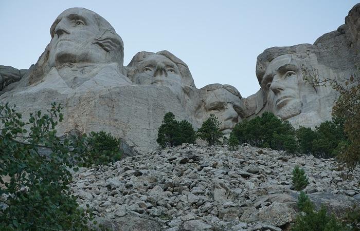 사진: 러시모어산의 4대 대통령조각과 블랙힐스의 크레이지 호스 조각은 인근에 있어서 여행을 가게되면 같이 돌아볼만 한 거리다. [러시모어 산의 대통령 조각]