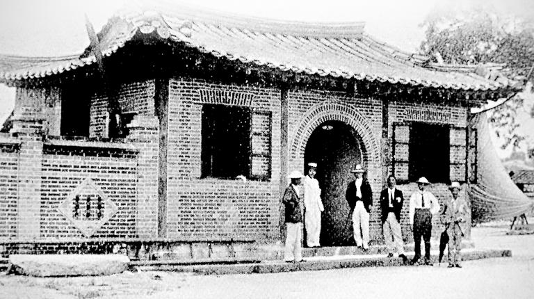 1885년 서울 광화문에 위치했던 한선전보총국 흑백사진