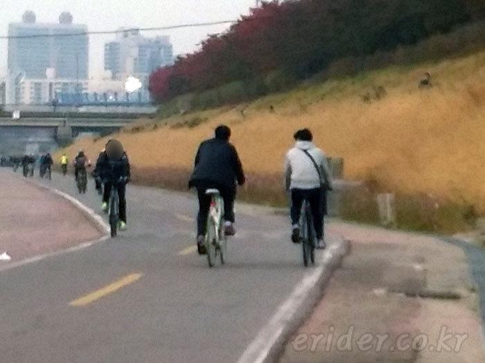 자전거를 타면서 꼭 지켜야 될 에티켓 - 1. 옆으로 나란히 타기 않기
