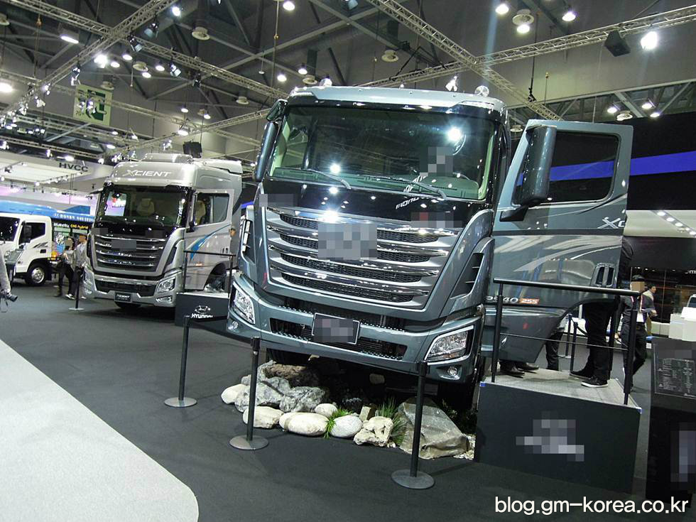 도로에서 대형트럭은 무조건 피해야 하는 이유 네 가지 - 대형트럭