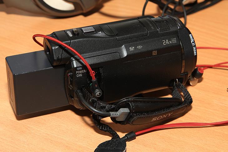소니 HDR-PJ820, 소니 HDR-PJ820 단점, 소니 HDR-PJ820 장점, It, 캠코더, B.O.SS, 스테디샷, WiFi, NFC, LED, 소니 HDR-PJ820 장점 단점에 대해서 살펴보려고 합니다. 소니 캠코더를 저는 참 오랫동안 사용해 왔는데요. 중저가형 모델부터 고급형 모델까지 핸디캠은 거의 다 써본듯 합니다. 기능이 아무리 많고 좋더라도 실제로 사용시에는 사용되는것은 한정됩니다. 소니 HDR-PJ820 단점에 대해서 제가 그전에 한번 언급하긴 했었으나 한번 더 적어볼까 합니다. 다음번에 소니 핸디캠에서 모양에 좀 변경이 있었으면 하는 마음에서 입니다. 장점도 하나씩 살펴보도록 하죠. 제가 실제로 사용하면서 괜찮았던 점은 손떨림 보정의 폭이 상당히 넓어졌다는 것 입니다.  이런 이유로 삼각대가 없는 상황에서 상당히 불안정한 상태에서 동영상을 찍더라도 어느정도 안정된 촬영이 가능 합니다. 예를 들어보면 제가 삼각대가 없는 상황에서 왼손에는 HDR-PJ860을 오른손에는 EOS 7D 카메라를 들고 있었습니다. 캠코더로 동영상을 촬영하는 중에 다시 오른손으로 Dslr로 사진을 찍었는데 그런 상황에서도 심하게 흔들리지 않는 영상을 찍을 수 있었습니다. 물론 좌우로 많이 움직이는 부분에서는 앵글이 움직이겠지만, 배터리 끝을 잡고 상당히 불안한 파지법으로 잡고 있더라도 비교적 안정된 촬영이 가능했다는 것이죠. 기존보다 배줌이 올라간 점도 나름 괜찮았습니다. 여기서 다 설명하면 재미는 없겠죠. 아래에서 좀 살펴보죠.