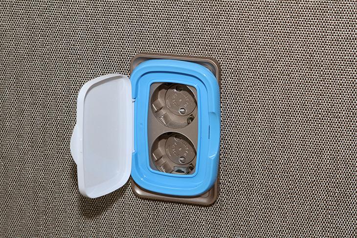 콘센트 커버, 덮개, 물티슈 커버 ,이용해서, 만드는 방법,인테리어,소품,DIY,요즘은 제품이 잘 나오긴 하는데요. 근데 꽁수를 부리는 방법 소개 합니다. 콘센트 커버 덮개 물티슈 커버 이용해서 만드는 방법 인데요. 물티슈 사용 하다가 결국 다 사용했는데요. 그 후 버릴려다가 물티슈 커버를 이용해봤습니다. 콘센트 커버 덮개를 대신해서 이것을 이용하면 되는데요. 신기하게 딱 들어맞습니다. 대부분의 물티슈는 다 맞을겁니다. 요즘 콘센트는 좋아서 젓가락을 직접 그냥 꽂으려고 해도 잘 안들어가는데요. 근데 커버는 막아서 아예 안보이게 해줍니다.