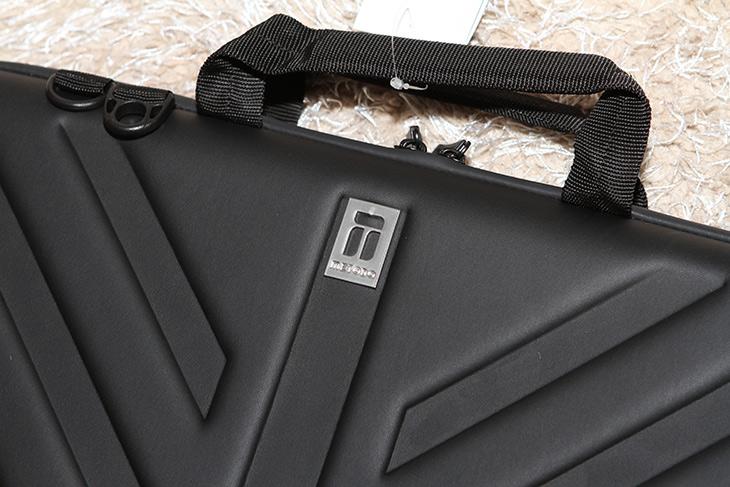 metodo, 15.6인치, 노트북 ,가방, MMB-115,IT,IT 제품리뷰,상당히 멋지고 튼튼한 제품 소개 합니다. 노트북 여기 들고다니면 좋습니다. metodo 15.6인치 노트북 가방 MMB-115 인데요. 성형노트북가방으로 어느정도 단단하면서도 모양이 잘 유지되고 기능성이 강조된 그런 모델 입니다. 검은색으로 모던하면서도 노트북 보호에 최상의 소재를 사용했습니다. metodo 15.6인치 노트북 가방 MMB-115에 15.6 인치 노트북을 실제로 넣어봤는데 약간 넉넉하게 충분히 들어가네요.