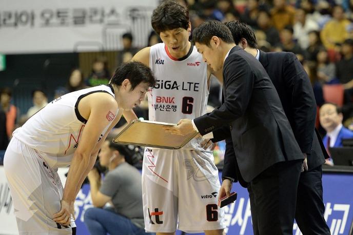 부산kt 조동현 감독과 이를 경청하는 조성민(왼쪽), 박상오(가운데)