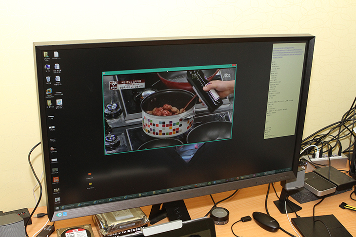 모두시스 트윙글 빔 ,MDS-5000 리뷰 ,프로젝터, 무선으로 연결,EZ View,미러링,스크린 미러링,IT,IT 제품리뷰,후기,사용기,MDS-5300,밝기,테스트,실사용기,모두시스 트윙글 빔 MDS-5000 리뷰를 올려봅니다. 프로젝터를 무선으로 연결해서 출력할 수 있는 그런 장치인데요. 캠핑을 하거나 또는 회의실에서 또는 야외에서 하얀 벽만 있다면 어디든 스크린을 만들어서 영상이나 사진 등을 출력할 수 있습니다. 모두시스 트윙글 빔 MDS-5000 리뷰를 준비하면서 어떻게 활용할 수 있는지 모든 부분을 보여드리려고 여러가지로 활용을 해 봤습니다. 시놀로지 NAS에 있는 영상도 재생을 해보고 스마트폰에 있는 영상도 재생을 해 봤습니다. 아이패드를 이용한 영상재생도 활용을 해 봤습니다. 이 장치의 가장 매력있는 점은 무슨으로 모두 연결이 가능하다는 점 입니다. HDMI 케이블을 이용한 연결이 아닌 무선으로 연결이 가능하다는 점이죠. 모두시스 트윙글 빔 MDS-5000 리뷰에서는 이 제품을 어떻게 활용하고 어느정도의 성능을 가지고 있는지 낱낱히 알려드리도록 하겠습니다.