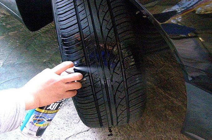 타이어에 스노우 스프레이 뿌리는 모습