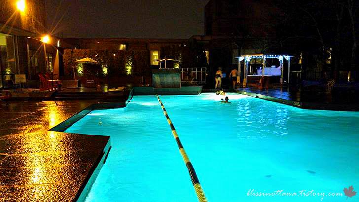 캐나다 호텔 야외 수영장입니다