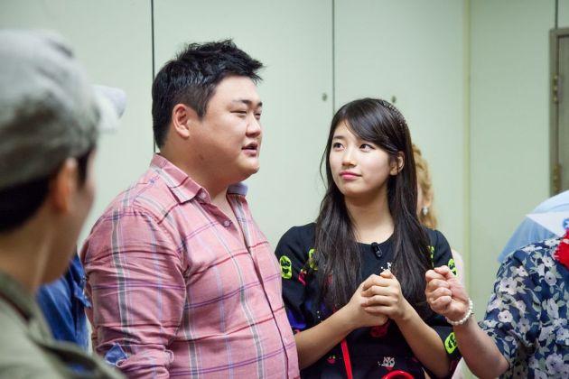 김준현 쳐다 보는 수지